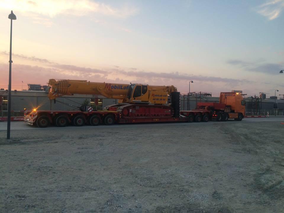 maskintransport-vogn-12-trailer-92-med-mobilloefts-100t-baeltekran-14141847_1379771592061131_5366951796478135555_n